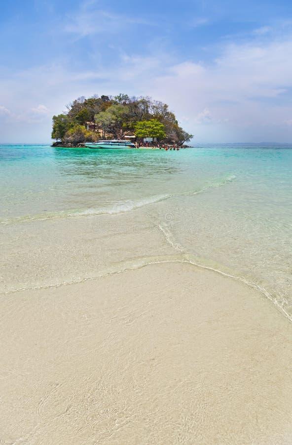 Άποψη του μικρού τροπικού νησιού με την πρόσδεση ταχυπλόων στην παραλία στη andaman θάλασσα στοκ εικόνες με δικαίωμα ελεύθερης χρήσης