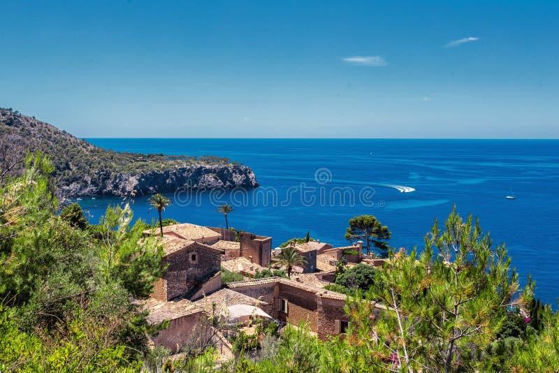 Άποψη του μικρού χωριού στην ακτή Deia, Μαγιόρκα στοκ φωτογραφία