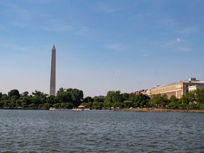 Άποψη του μνημείου της Ουάσιγκτον και του γραφείου της χάραξης και της εκτύπωσης από το Potomac ποταμό στοκ εικόνες