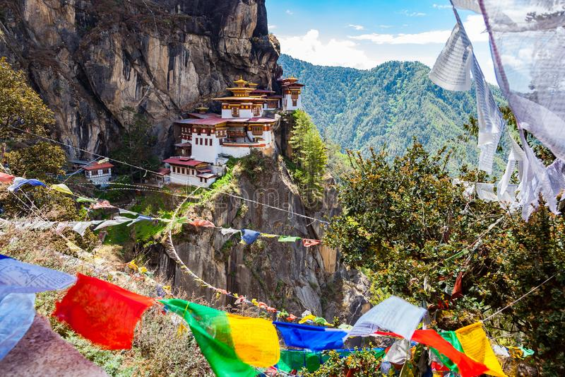 Άποψη του μοναστηριού Taktshang στο βουνό στοκ φωτογραφία