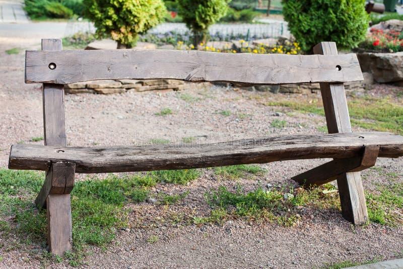 Άποψη του μοντέρνου ξύλινου beanch στο πάρκο στοκ εικόνα με δικαίωμα ελεύθερης χρήσης