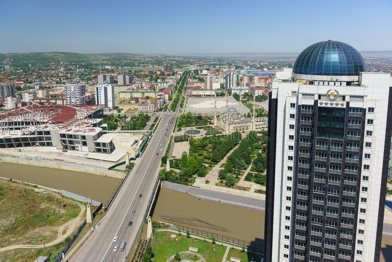 Άποψη του μουσουλμανικού τεμένους στην καρδιά της λεωφόρου Τσετσενίας και του Πούτιν από τη γέφυρα παρατήρησης του πολυόροφου κτι στοκ εικόνες με δικαίωμα ελεύθερης χρήσης