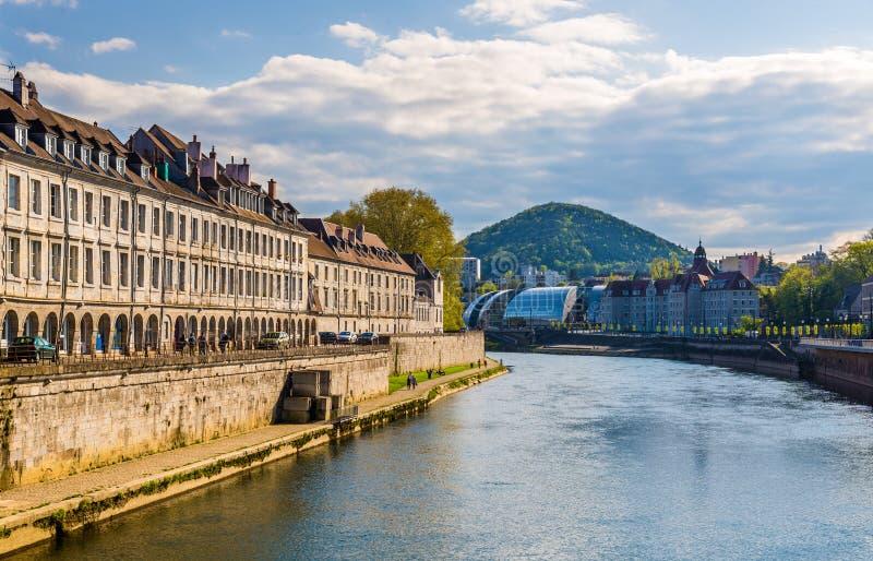 Άποψη του Μπεζανσόν πέρα από τον ποταμό του Doubs στοκ εικόνες