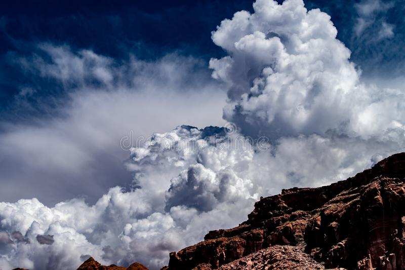 Άποψη του μπλε ουρανού και των άσπρων σύννεφων πέρα από τους κόκκινους βράχους της λίμνης Powell στοκ φωτογραφία με δικαίωμα ελεύθερης χρήσης