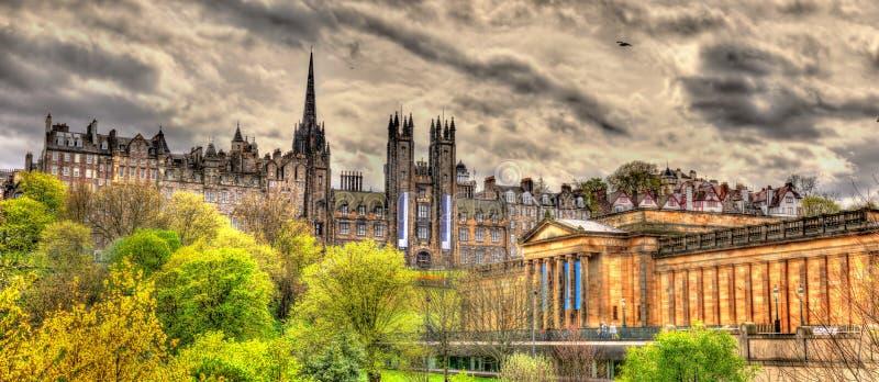 Άποψη του νέου κολλεγίου και του National Gallery της Σκωτίας στοκ εικόνα με δικαίωμα ελεύθερης χρήσης