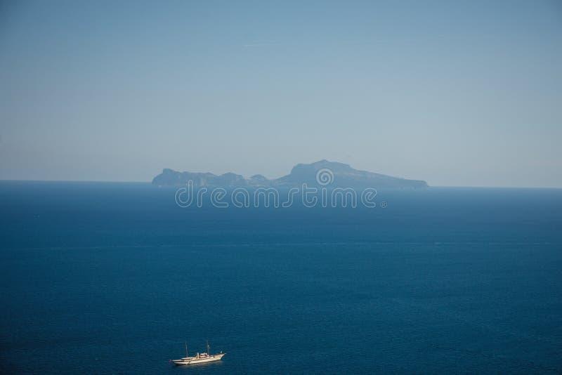 Άποψη του νησιού Capri από τη Νάπολη στοκ εικόνες