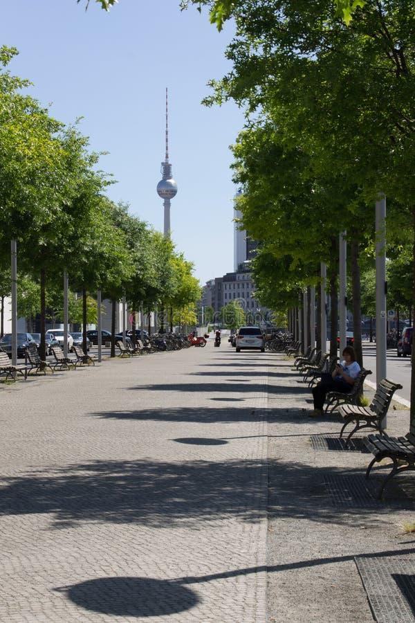 Άποψη του ορίζοντα του Βερολίνου στην ηλιόλουστη θερινή ημέρα κοντά στο Bu Reichstag στοκ φωτογραφία με δικαίωμα ελεύθερης χρήσης