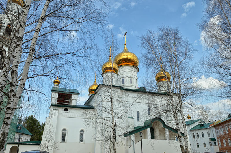 Άποψη του ορθόδοξου μοναστηριού με τους χρυσούς θόλους των εκκλησιών στοκ εικόνες