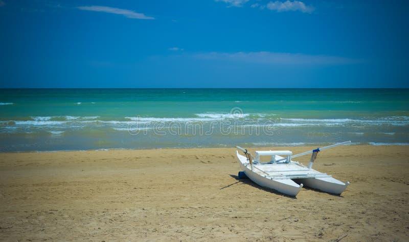 Άποψη του ουρανού, της θάλασσας, της άμμου και του καταμαράν, Pineto στοκ εικόνες