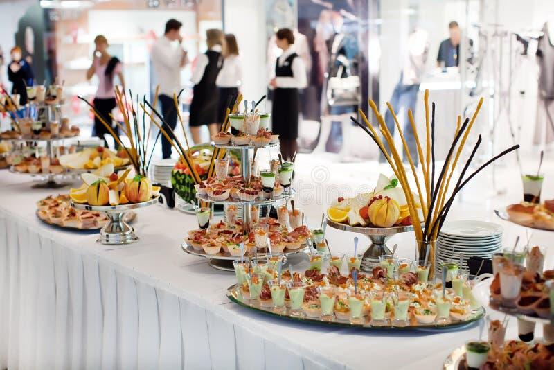 Άποψη του πίνακα με τα διαφορετικά πιάτα και τα πρόχειρα φαγητά στοκ εικόνα