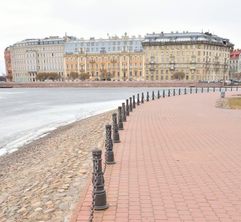 Άποψη του παγωμένου ποταμού Neva και της πλευράς Petrograd στοκ εικόνες