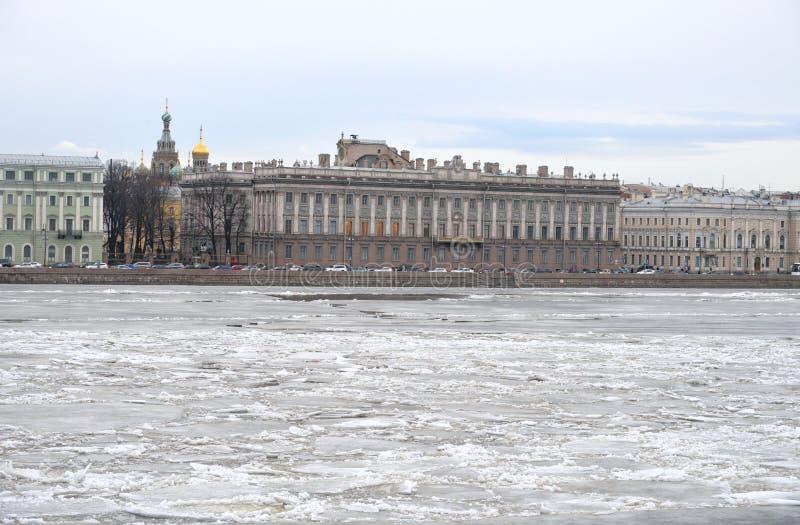 Άποψη του παγωμένου ποταμού Neva στο κέντρο της Αγίας Πετρούπολης στοκ εικόνα με δικαίωμα ελεύθερης χρήσης