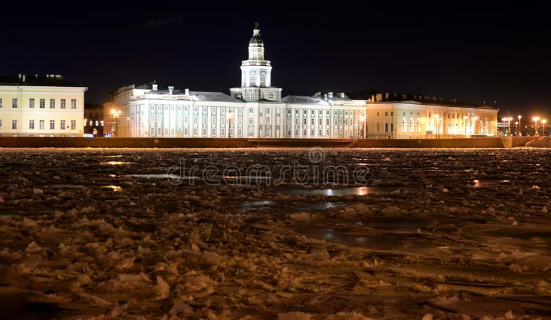 Άποψη του πανεπιστημιακού αναχώματος και του παγωμένου ποταμού Neva τη νύχτα στοκ φωτογραφίες