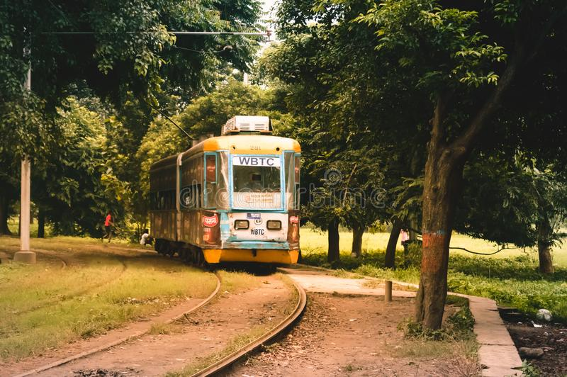 Άποψη του παραδοσιακών δημόσιων τραμ και της τροχιοδρομικής γραμμής του kolkata, Ινδία στοκ φωτογραφία με δικαίωμα ελεύθερης χρήσης