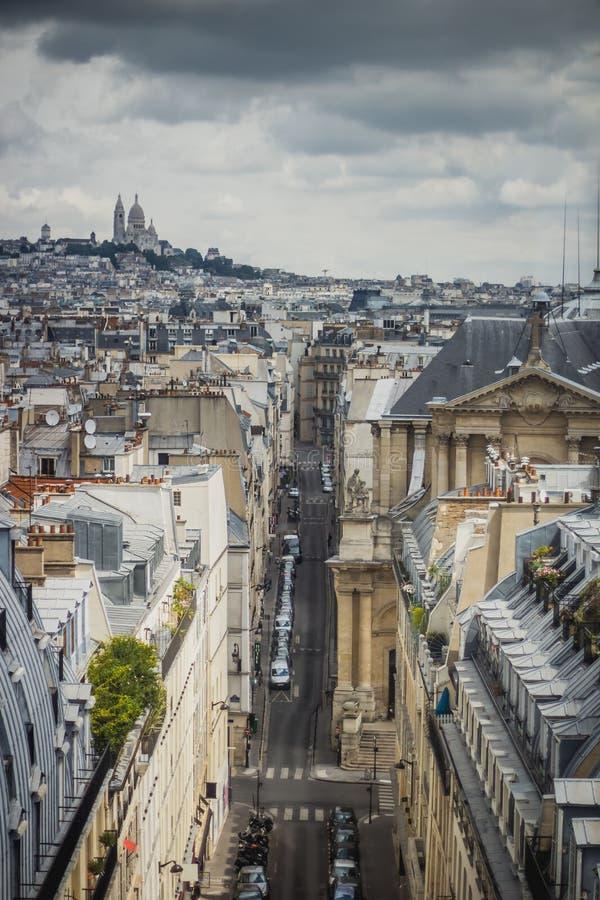Άποψη του Παρισιού, rue Saint-Roch με τη βασιλική Sacre Coeur στο υπόβαθρο στοκ εικόνες