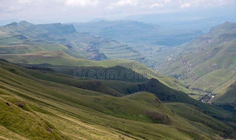 Άποψη του περάσματος Sani, αγροτικός δρόμος ρύπου αν και τα βουνά που συνδέει τη Νότια Αφρική και το Λεσόθο στοκ φωτογραφία