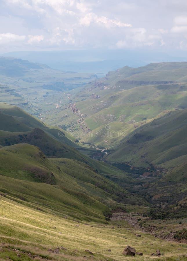 Άποψη του περάσματος Sani, αγροτικός δρόμος ρύπου αν και τα βουνά που συνδέει τη Νότια Αφρική και το Λεσόθο στοκ φωτογραφία με δικαίωμα ελεύθερης χρήσης