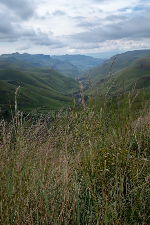 Άποψη του περάσματος Sani, αγροτικός δρόμος ρύπου αν και τα βουνά που συνδέει τη Νότια Αφρική και το Λεσόθο στοκ εικόνες