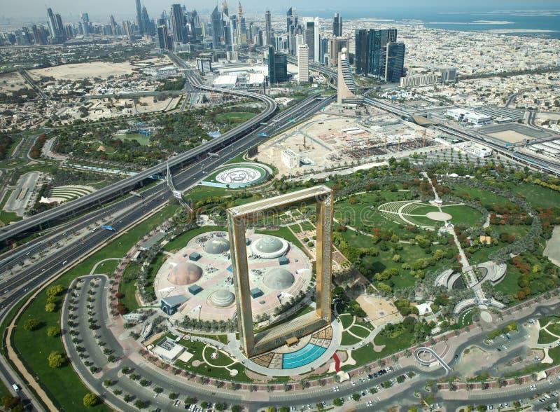 Άποψη του πλαισίου του Ντουμπάι μπροστά από το Ντουμπάι κεντρικός στοκ εικόνες με δικαίωμα ελεύθερης χρήσης