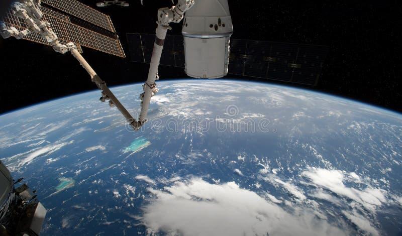 Άποψη του πλανήτη Γη από ένα διαστημικό παράθυρο σταθμών κατά τη διάρκεια των τρισδιάστατων δίνοντας στοιχείων μιας ανατολής αυτή απεικόνιση αποθεμάτων