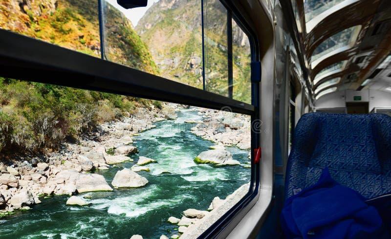 Άποψη του ποταμού από το παράθυρο τραίνων στοκ εικόνα με δικαίωμα ελεύθερης χρήσης