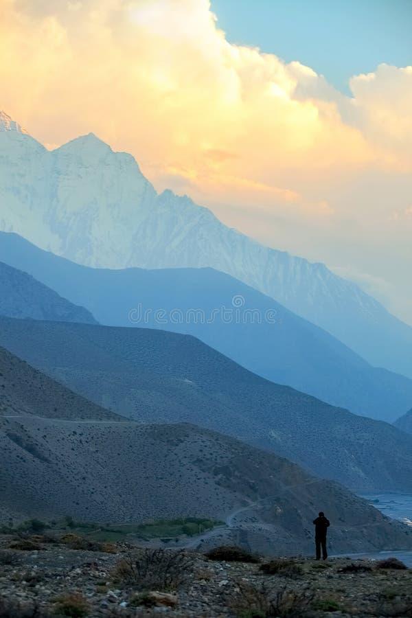 Άποψη του ποταμού και του φαραγγιού της Kali Gandak σε ένα υπόβαθρο ανατολής Το φαράγγι Kaligandak είναι το βαθύτερο φαράγγι στον στοκ φωτογραφία