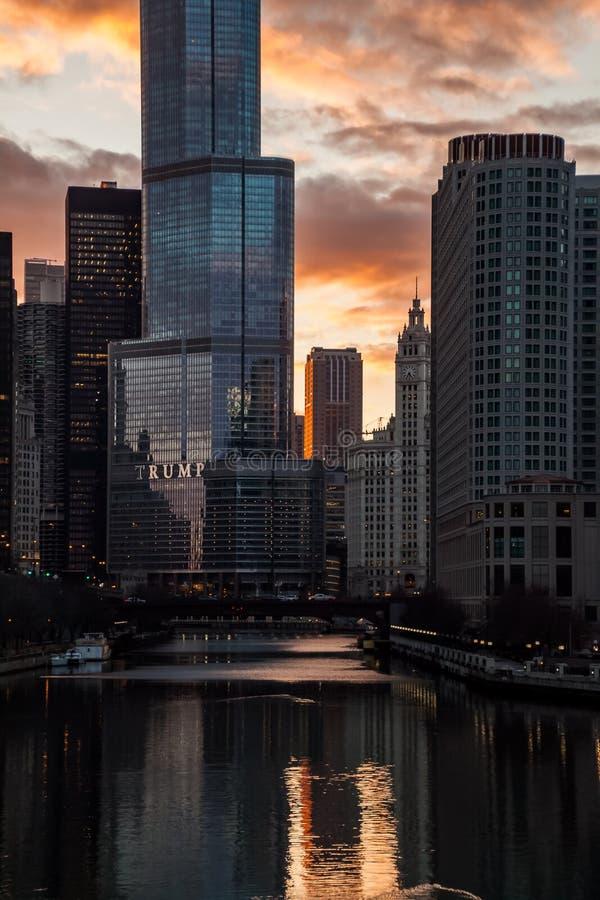 Άποψη του ποταμού του Σικάγου που απεικονίζει μια ζάλη, βαθύ πορτοκαλί χειμερινό ηλιοβασίλεμα το Μάρτιο στοκ φωτογραφία με δικαίωμα ελεύθερης χρήσης