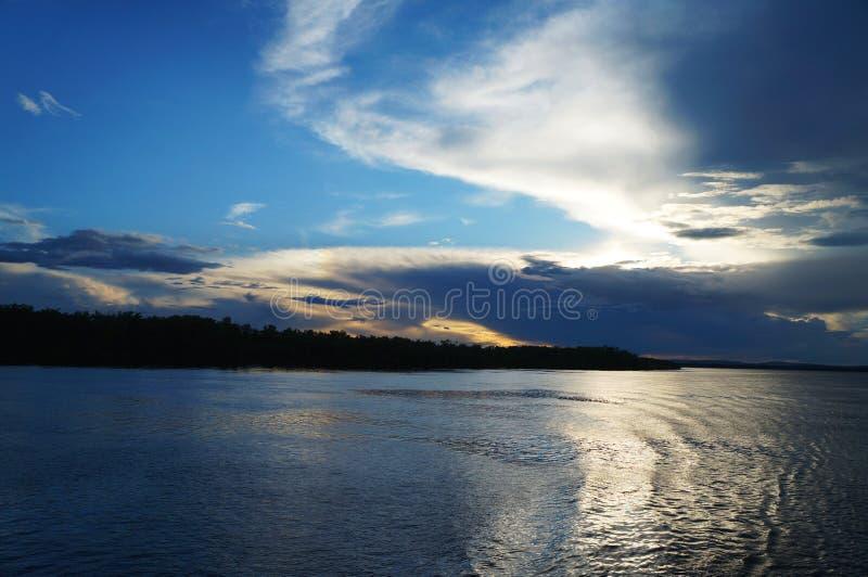 Άποψη του ποταμού στο χρόνο ηλιοβασιλέματος στοκ εικόνες με δικαίωμα ελεύθερης χρήσης