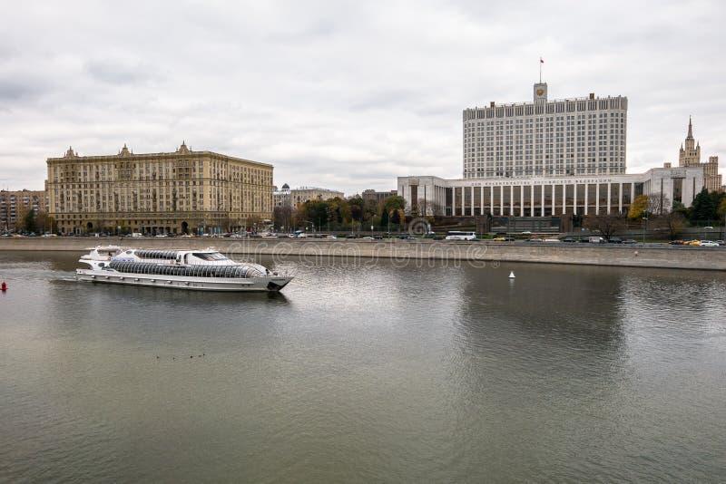 Άποψη του ποταμού της Μόσχας και του αναχώματος Krasnopresnenskaya Οικοδόμηση της κυβέρνησης της Ρωσικής Ομοσπονδίας στοκ εικόνες