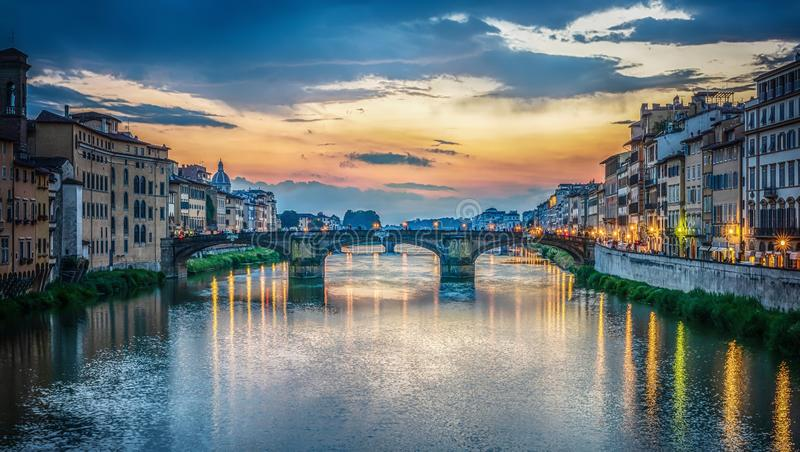 Άποψη του ποταμού Arno, της Φλωρεντίας και της γέφυρας τριάδας του ST Φλωρεντία Ιταλία στοκ εικόνες με δικαίωμα ελεύθερης χρήσης