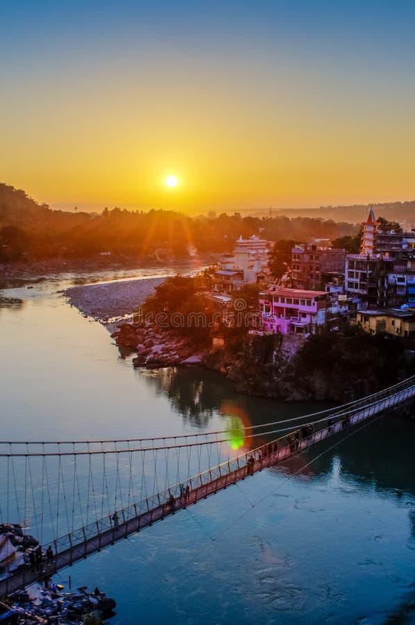Άποψη του ποταμού Ganga και της γέφυρας Lakshman Jhula στο ηλιοβασίλεμα Rishikesh Ινδία στοκ εικόνα με δικαίωμα ελεύθερης χρήσης