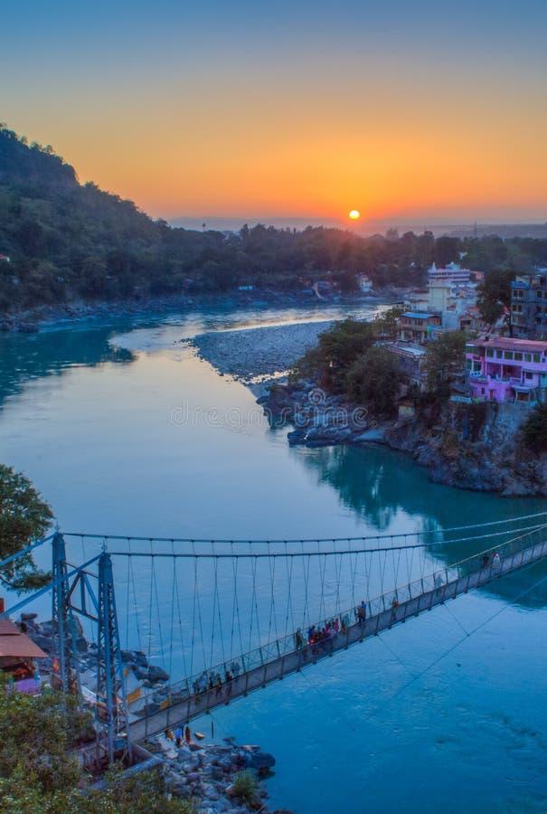 Άποψη του ποταμού Ganga και της γέφυρας Lakshman Jhula στο ηλιοβασίλεμα Rishikesh Ινδία στοκ φωτογραφίες με δικαίωμα ελεύθερης χρήσης