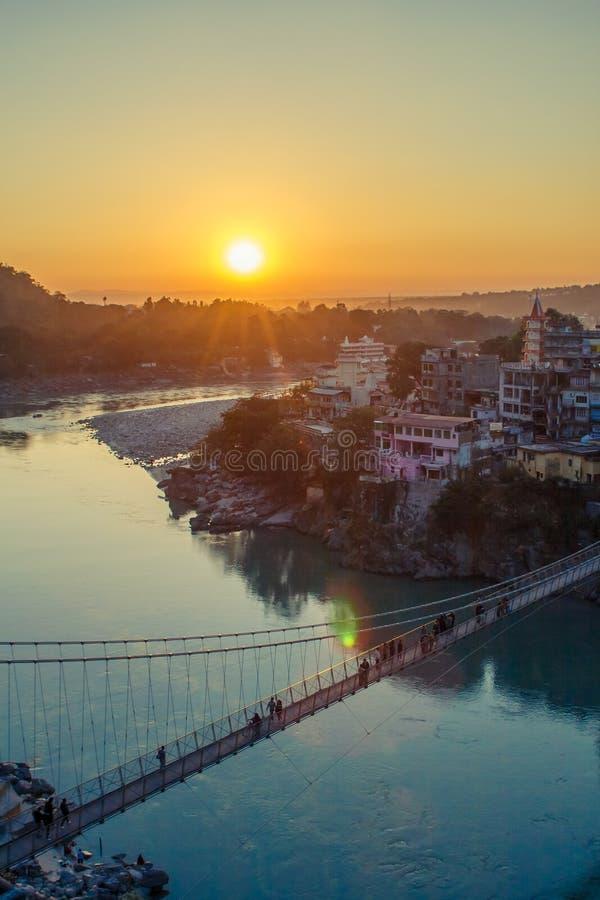 Άποψη του ποταμού Ganga και της γέφυρας Lakshman Jhula στο ηλιοβασίλεμα Rishikesh Ινδία στοκ εικόνες με δικαίωμα ελεύθερης χρήσης