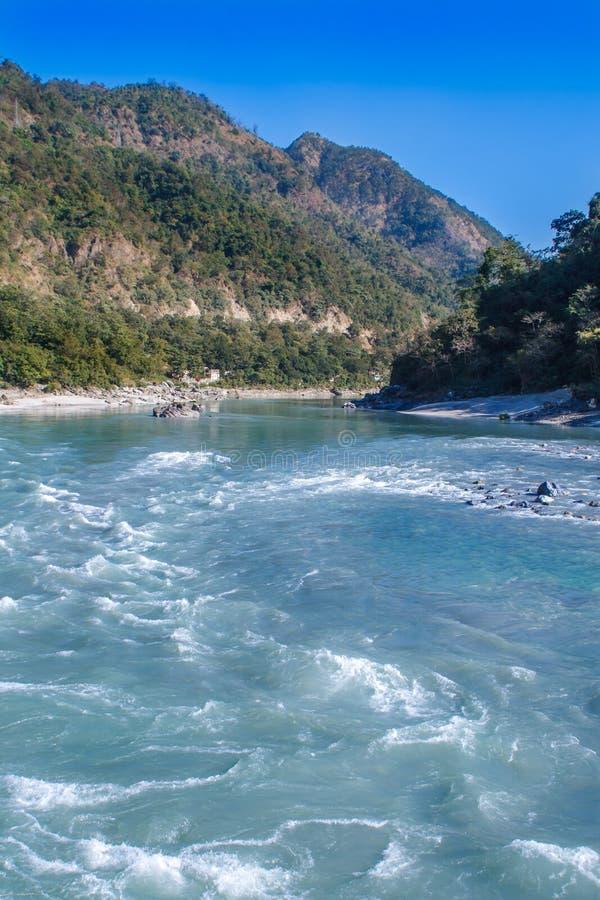 Άποψη του ποταμού Ganga και του καταπληκτικού μπλε ουρανού με τα μικρά σύννεφα στην όμορφη ζωηρόχρωμη ημέρα Rishikesh Ινδία στοκ εικόνα με δικαίωμα ελεύθερης χρήσης