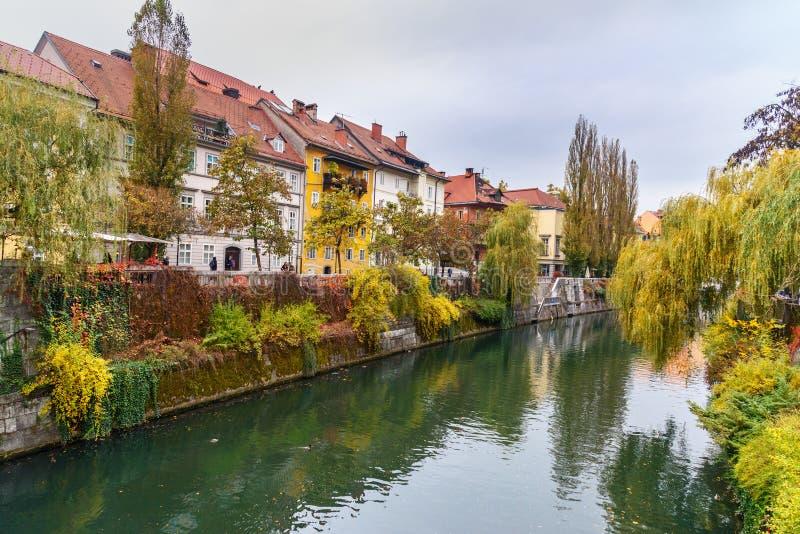 Άποψη του ποταμού Ljubljanica το φθινόπωρο Λουμπλιάνα Σλοβενία στοκ φωτογραφία με δικαίωμα ελεύθερης χρήσης
