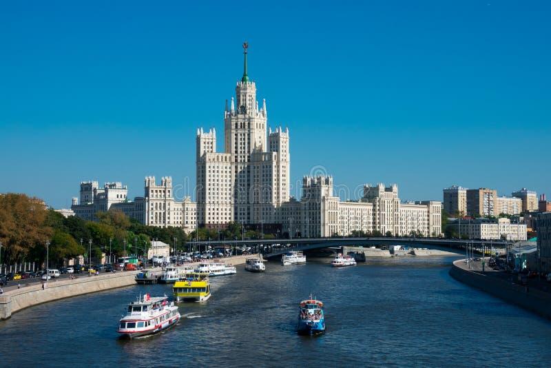 Άποψη του ποταμού Moskva και του κτηρίου αναχωμάτων Kotelnicheskaya στοκ εικόνα