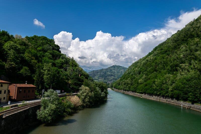 """Άποψη του ποταμού Serchio από τη γέφυρα σε Borgo ένα Mozzano, αποκαλούμενη """"τη γέφυρα του διαβόλου """"ή """"γέφυρα της Maddalena """" στοκ φωτογραφίες"""