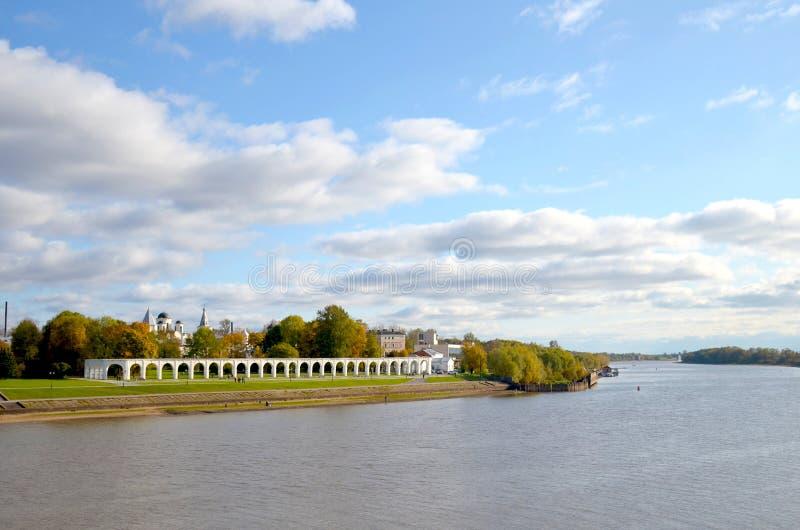 Άποψη του ποταμού Volkhov, της πόλης πίσω από τον ποταμό και του παλαιού Gostiny Dvor μια ηλιόλουστη ημέρα φθινοπώρου novgorod Ρω στοκ φωτογραφία με δικαίωμα ελεύθερης χρήσης