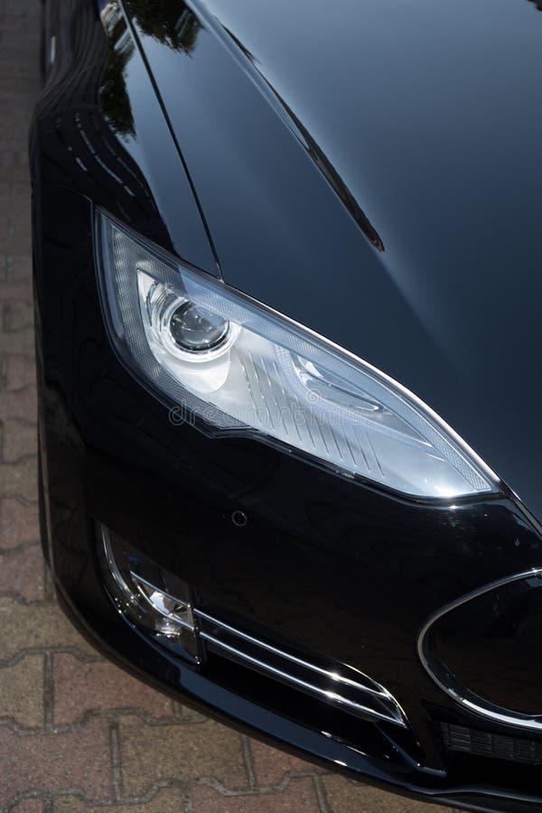 Άποψη του προβολέα ενός ηλεκτρικού αυτοκινήτου στοκ φωτογραφία