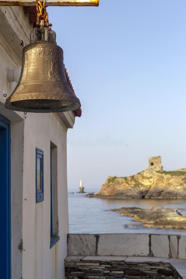 Άποψη του πόλης φάρου, φρούριο, με την εκκλησία και τη θάλασσα Ελλάδα, νησί Άνδρος, Κυκλάδες στοκ φωτογραφία με δικαίωμα ελεύθερης χρήσης