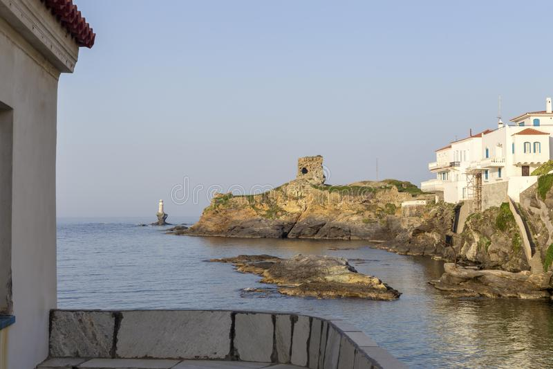 Άποψη του πόλης φάρου, φρούριο, με την εκκλησία και τη θάλασσα Ελλάδα, νησί Άνδρος, Κυκλάδες στοκ φωτογραφίες
