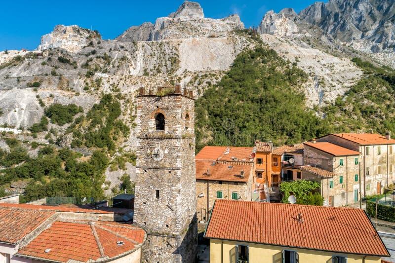 Άποψη του πύργου κουδουνιών της εκκλησίας Sant Bartolomeo στο αρχαίο χωριό Colonnata στην Τοσκάνη, Ιταλία στοκ εικόνα