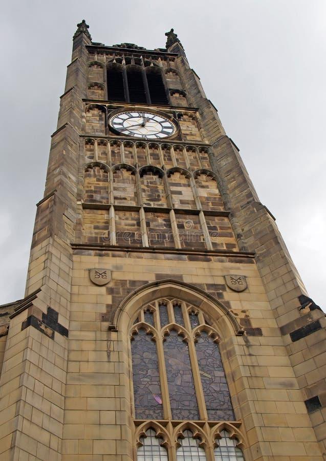 Άποψη του πύργου ρολογιών και της οικοδόμησης της ιστορικής εκκλησίας κοινοτήτων peters Αγίου στο κέντρο του huddersfield ενάντια στοκ φωτογραφίες