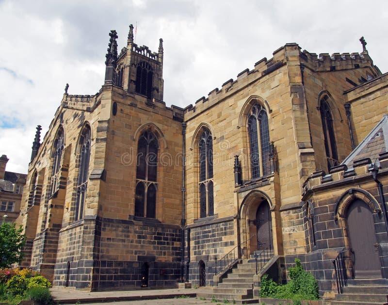 Άποψη του πύργου ρολογιών και της οικοδόμησης της ιστορικής εκκλησίας κοινοτήτων peters Αγίου στο κέντρο του huddersfield ενάντια στοκ εικόνες