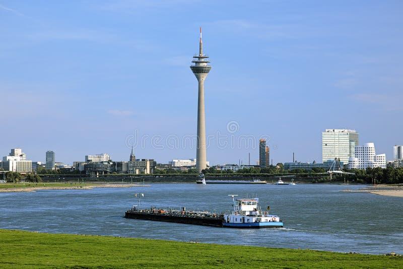 Άποψη του πύργου TV Rheinturm στο Ντίσελντορφ, Γερμανία στοκ εικόνες με δικαίωμα ελεύθερης χρήσης