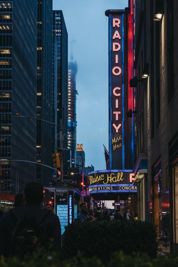 Άποψη του ραδιο Δημαρχείου στο κέντρο Rockefeller στο της περιφέρειας του κέντρου Μανχάταν, Νέα Υόρκη, ΗΠΑ στοκ εικόνες