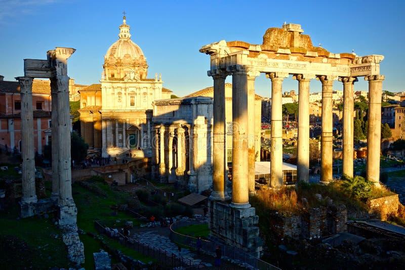 Άποψη του ρωμαϊκού φόρουμ στην ανατολή ή το ηλιοβασίλεμα στοκ εικόνες