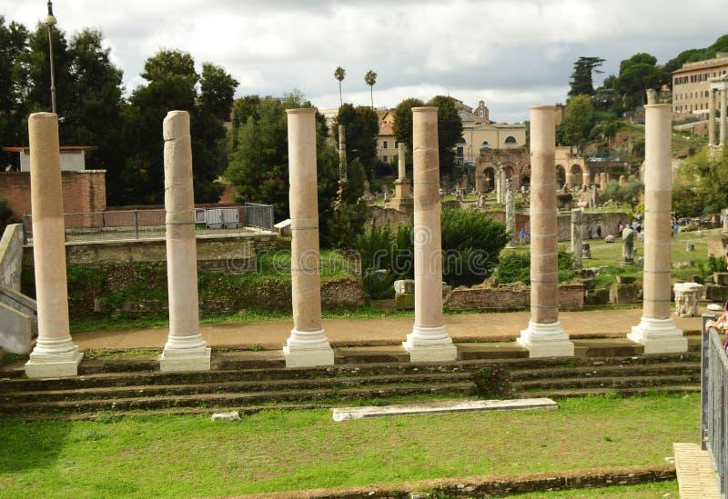 Άποψη του ρωμαϊκού φόρουμ στη Ρώμη, Ιταλία Το ρωμαϊκό φόρουμ είναι ένας από τους κύριους τόπους προορισμού τουριστών στην Ευρώπη  στοκ φωτογραφία με δικαίωμα ελεύθερης χρήσης