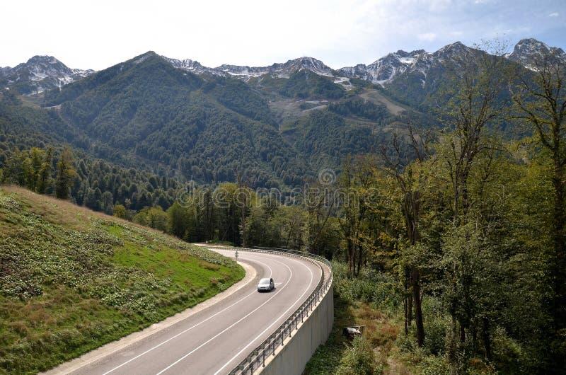 Άποψη του δρόμου βουνών που οδηγεί στο ροδαλό αγρόκτημα, Krasnaya POL στοκ φωτογραφίες με δικαίωμα ελεύθερης χρήσης