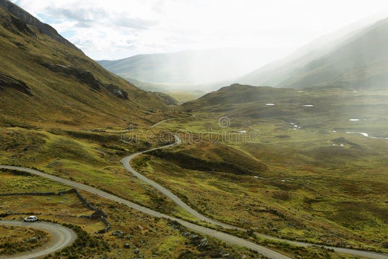 Άποψη του δρόμου με πολλ'ες στροφές που πηγαίνει στον παγετώνα Pastoruri στοκ εικόνα